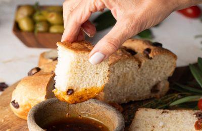 Πλατό με ελιές, ντιπ με λάδι και σπιτικό ψωμί