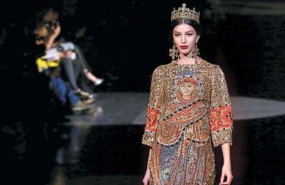 Η Ιουλία Παλαιολόγου Ουίλσον επέλεξε μια δημιουργία των Dolce&Gabbana, από τη συλλογή Φθινόπωρο 2013, για να επισκεφθεί τη μεταμοντέρνα έκθεση αγιογραφίας.