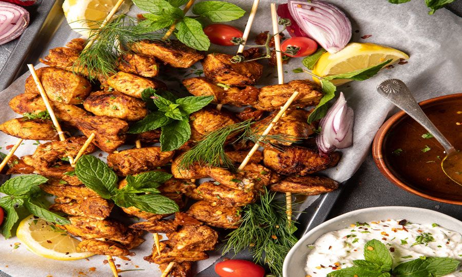 Σουβλάκια κοτόπουλο με λεμόνι και σάλτσα φέτας