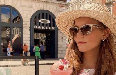 Ένας από τους κλασικότερους καλοκαιρινούς συνδυασμούς που μπορείτε να κάνετε, είναι με πρωταγωνιστή το φλοράλ φόρεμά σας, τα πέδιλά σας και φυσικά το ψάθινό σας καπέλο