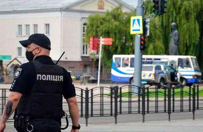Άνδρας απειλεί να πυροδοτήσει χειροβομβίδα στην έδρα της ουκρανικής κυβέρνησης