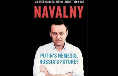 Οι συγγραφείς της βιογραφίας «Navalny: Putin's Nemesis, Russia's Future?», Γιαν Μάτι Ντολμπάουμ, Μόρβαν Λέλουετ και Μπεν Νομπλ, στο βιβλίο τους εξηγούν ποιος είναι ο Ναβάλνι