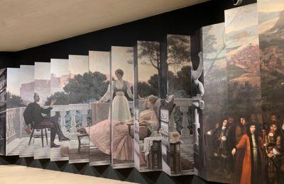 Με σημείο αναφοράς τη γέννηση του ελληνικού έθνους τον 19ο αιώνα, η έκθεση αναδεικνύει τους πολιτιστικούς, ιστορικούς και καλλιτεχνικούς δεσμούς μεταξύ Γαλλίας και Ελλάδας