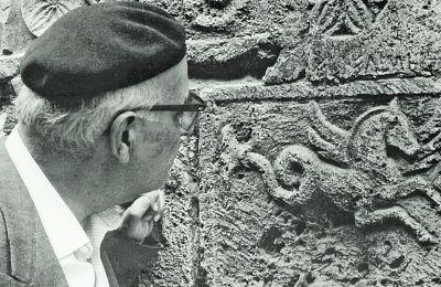 Ιταλία, Μοντεπουλτσιάνο, 1968. O Γιώργος Σεφέρης προσηλωμένος στον ανάγλυφο Πήγασο