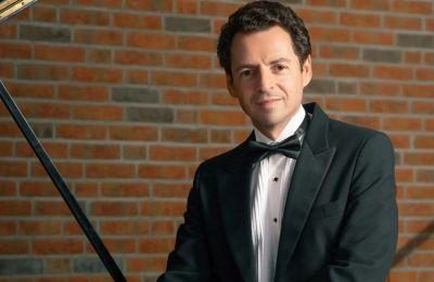 Ο Roman Zaslavsky απόκτησε διεθνή φήμη μετά την κατάκτηση του Primer Gran Premio στον Διεθνή Διαγωνισμό Πιάνου «Jose Itrubi» στη Βαλένθια της Ισπανίας. Από τότε συμμετέχει ενεργά, σε παγκόσμιο επίπεδο