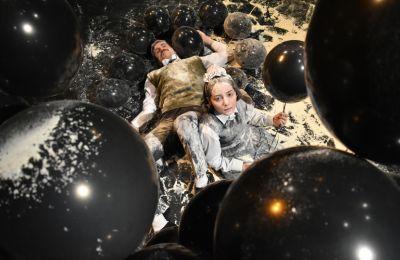 Στο Εμείς/Αυτοί, δύο παιδιά, το Κορίτσι (Άνθη Κάσινου) και το Αγόρι (Ανδρέας Δανιήλ), δίνουν μια σχολαστικά λεπτομερή περιγραφή των γεγονότων της πολιορκίας