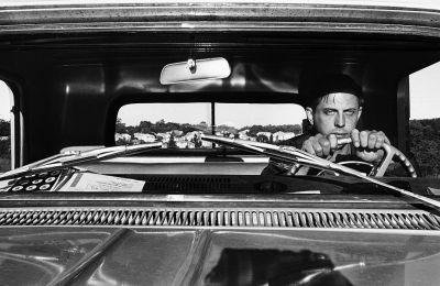 O Λι Φριντλάντερ στο τιμόνι του αυτοκινήτου του το 1966 (φωτ. Lee Friedlander, Courtesy Fraenkel Gallery, San Francisco and Luhring Augustine, New York)